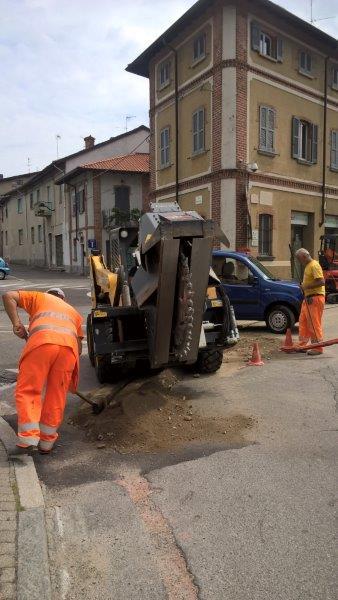 Il macchinario con la fresa per incidere l'asfalto